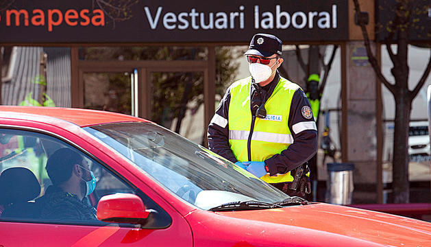 Un agent de policia conversant amb un conductor.