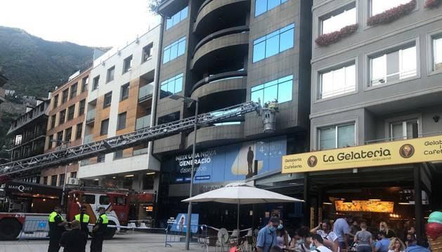 Acutació dels bombers en una façana a Escaldes