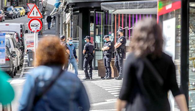 Agents de policia alPas de la Casa.
