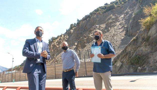 El ministre Torres amb els tècnics a la Portalada, ahir al matí.