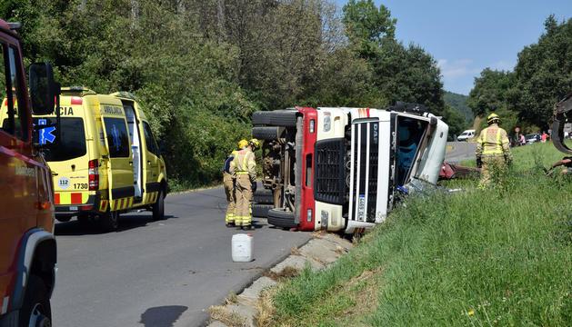 El camió que va bolcar ahir al matí.