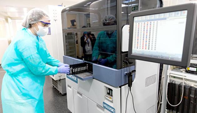 Una sanitària amb la màquina de Grifols que fa les proves TMA.