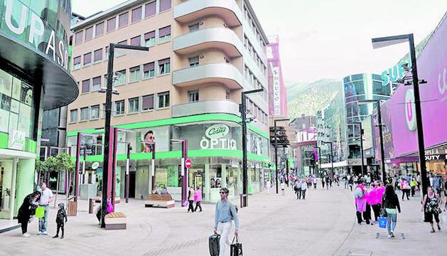 Comerços a l'avinguda Meritxell d'Andorra la Vella.