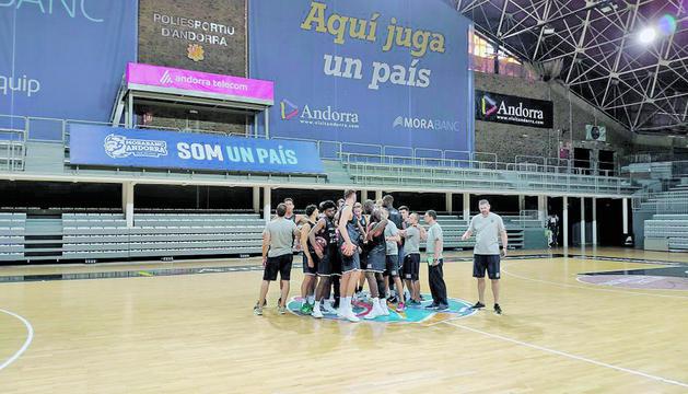 Entrenament del MoraBanc Andorra al Poliesportiu.