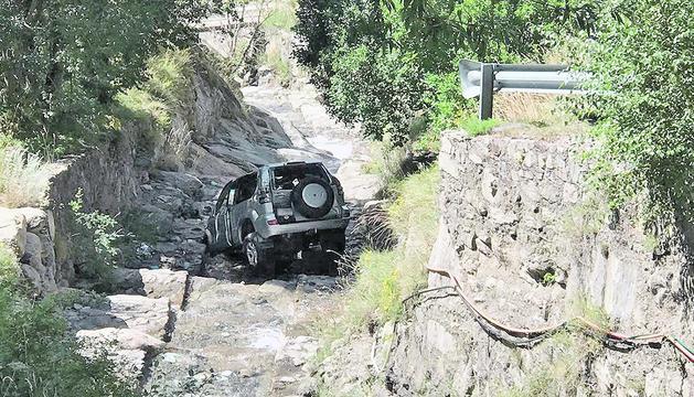 El vehicle que va precipitar-se al riu Montaup, diumenge a la matinada.