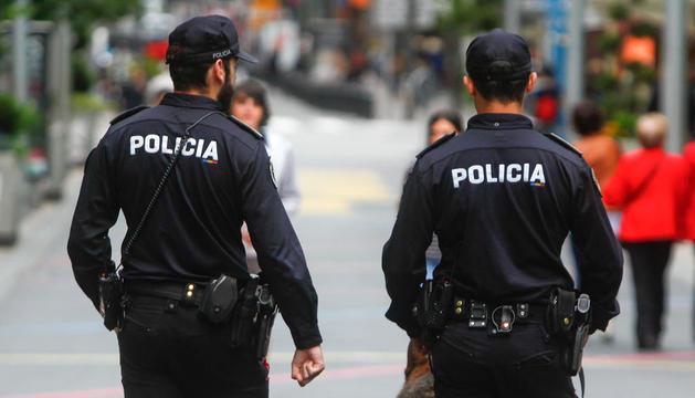Dos agents de policia a l'avinguda Meritxell.