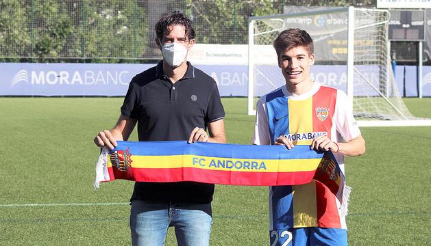 El director esportiu de l'entitat, Jaume Nogués, i el nou fitxatge tricolor, Sergi Serrano, a Prada de Moles.