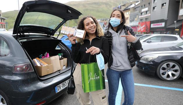 Visitants franceses després de comprar tabac al Pas de la Casa.