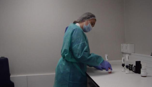 Una professional del SAAS maneja alguna de les mostres de possibles contagis.