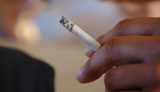 Fumar mentre es camina pel carrer està prohibit