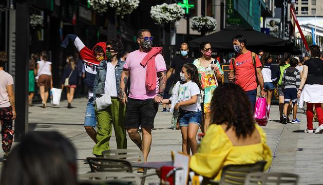 Visitants passejant per l'eix central.