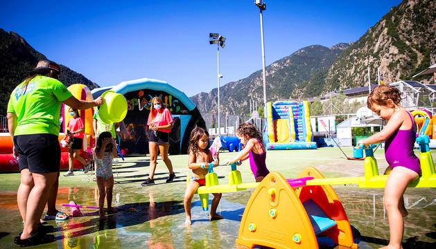 Infants jugant a l'Aquaparc, ahir.
