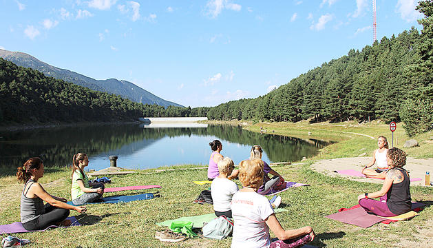 La sessió de ioga aquest dissabte al llac d'Engolasters.