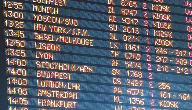 Un panell de programació de vols de l'aeroport.
