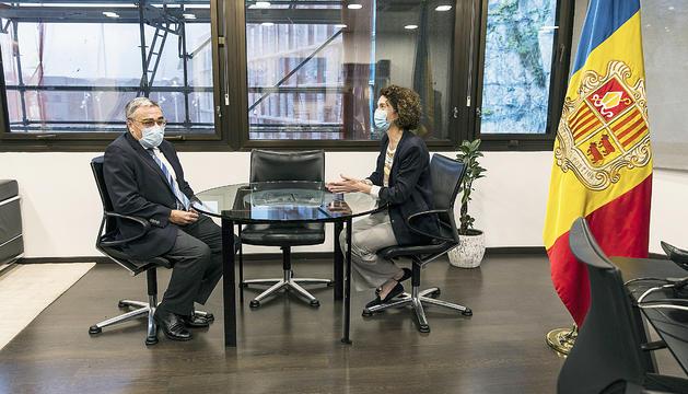 La ministra d'Afers Exteriors,Maria Ubach, amb l'ambaixador espanyol,Àngel Ros.