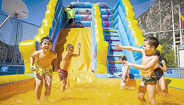 Infants gaudeixen de l'aquaparc d'Anbdorra la Vella en un dels seus últims dies.