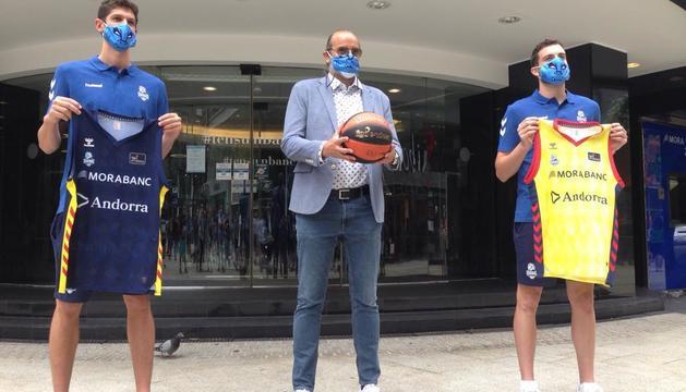 Oriol Paulí, Francesc Solana i Sergi Garcia, davant de la seu de MoraBanc.