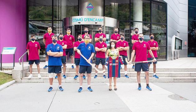 La plantilla i el cos tècnic d'hoquei patins del Barça, a la porta de l'edifici comunal amb la cònsol major Laura Mas.