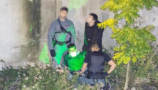 Tres policies vigilen el pres fugat un cop a la llera del riu Valira, al pas per Santa Coloma.