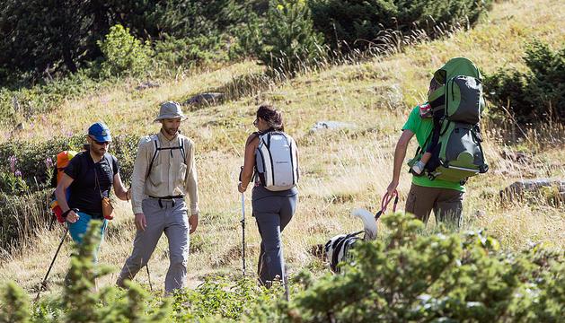 Turistes fent una excursió en una zona de muntanya.