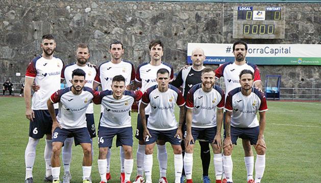 ELs jugadors del VallBanc Santa Coloma abans d'iniciar el partit