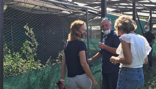La ministra Sílvia Calvó durant la visita al centre de cria de la perdiu xerra