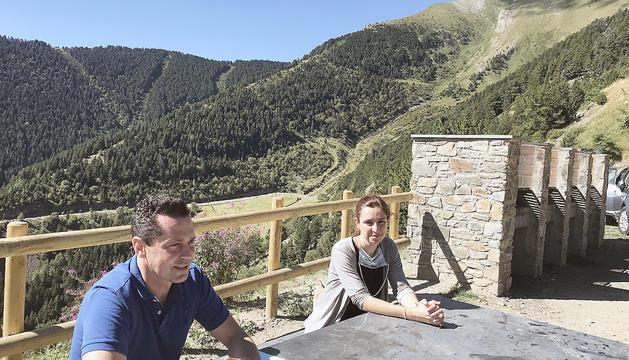 Sergi Gueimonde iEva López davant de les noves barbacoes al Roc de la Sabina.