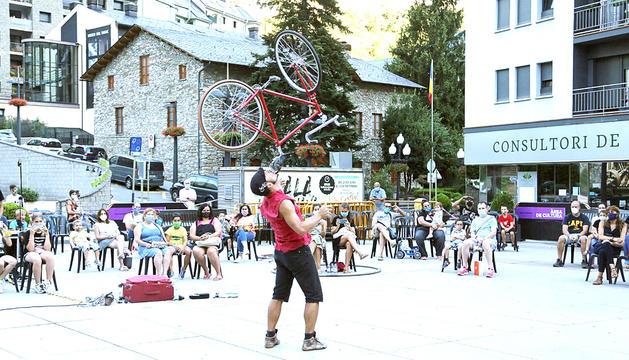 Acrobàcies amb bicicleta a la plaça de la Germandat