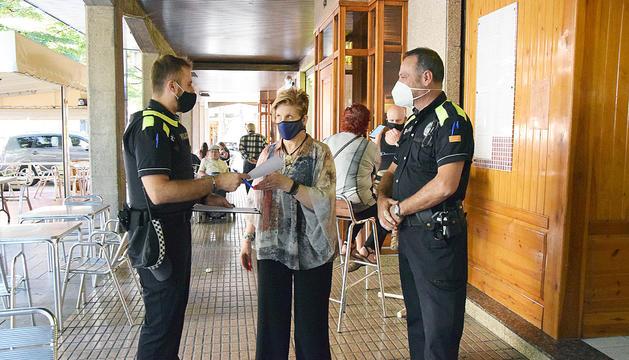 La policia entrega un avís a una ciutadana de la Seu.