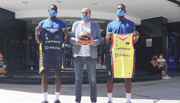 Malik Dime, Francesc Solana i Babatunde Olumujiwa, ahir a la seu central de MoraBanc.