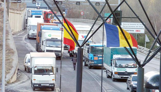 Camions a la duana de la Farga de Moles.