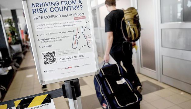 Informació sobre la Covid-19 per als viatgers que entren a Alemanya per l'aeroport de Schönefeld, a Berlín