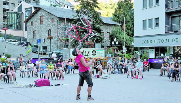Les acrobàcies d'Yldor a la plaça de la Germandat