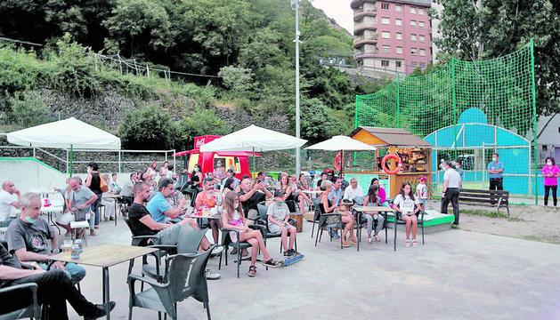 El públic va gaudir de concerts a la platja fluvial