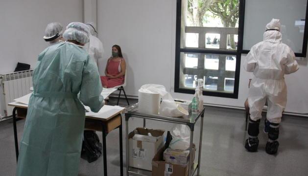 Sanitaris fent la prova PCR a la Seu