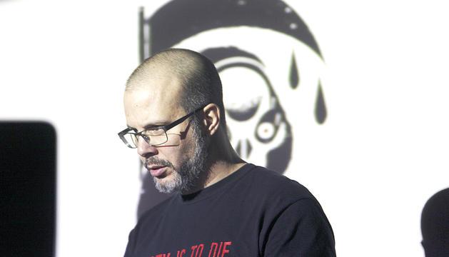 L'artista visual, Martín Blanco, presentant uns dels seus projectes.