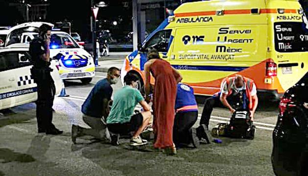 Els serveis mèdics atenen l'home que va ser atropellat dissabte
