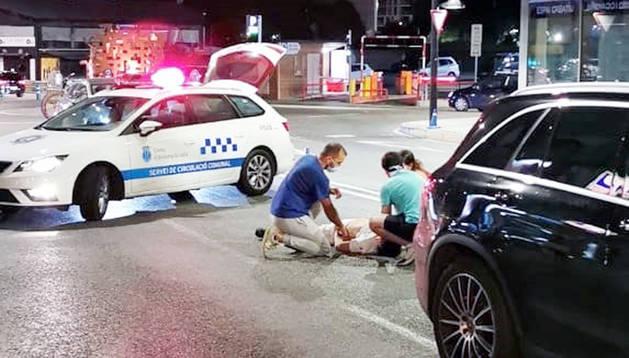 Dues persones atenen l'home atropellat.