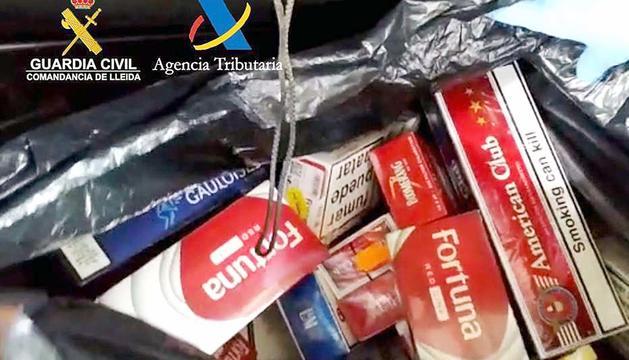 Paquets de tabac a la roda de recanvi.