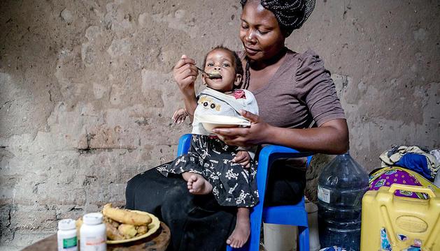 Una dona alimenta el seu fill.