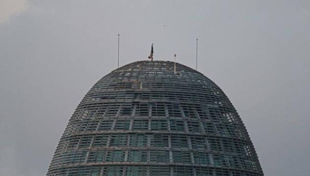 Leo Urban, fent el pi a dalt de la Torre Glòries.