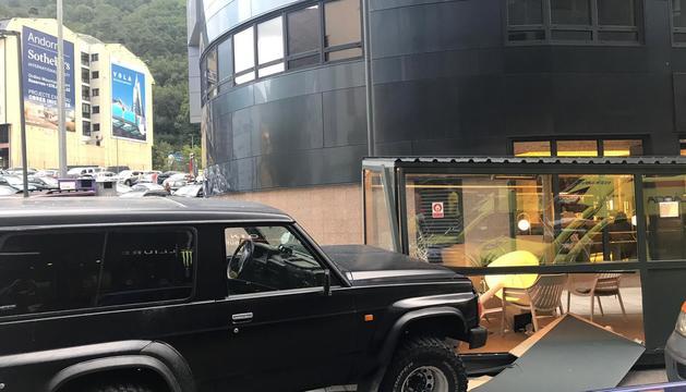 El vehicle tot terreny que ha impactat contra la terrassa.