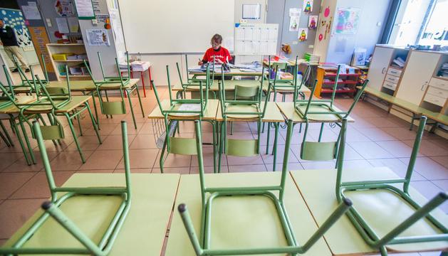 Una professora en una aula sense alumnes.