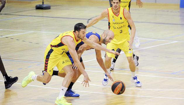 Sergi García lluita per una pilota amb el blaugrana Nick Calathes a l'amistós d'Encamp.