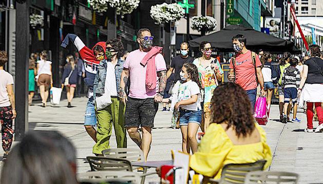 Turistes passejant per l'avinguda de Meritxell.