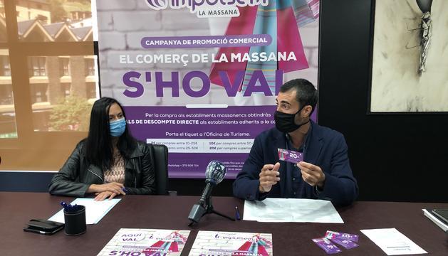 La cònsol major de la Massana, Olga Molné, i el conseller durant la presentació de la campanya
