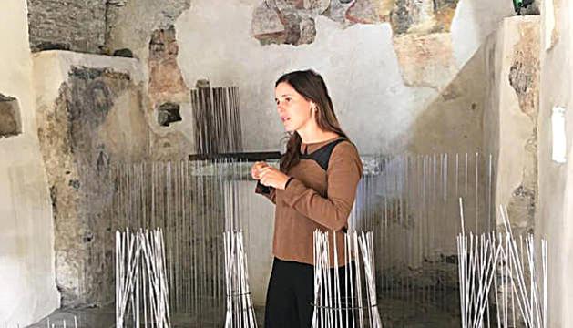L'escultora Laura Maresc amb el projecte 'Preludi', que es pot veure a Formentera.