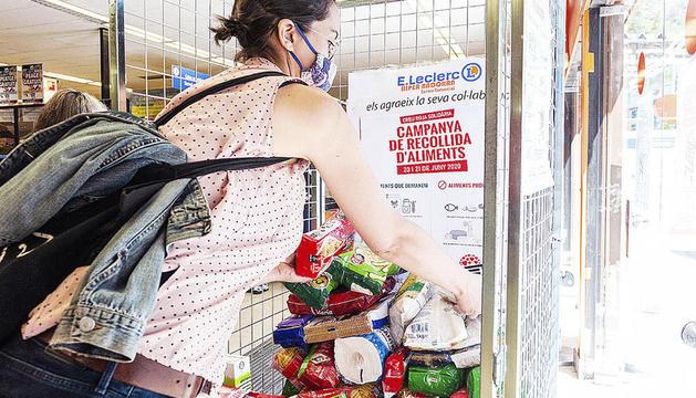La botiga solidària de la Creu Roja i la recollida d'aliments que l'entitat va fer al juny.
