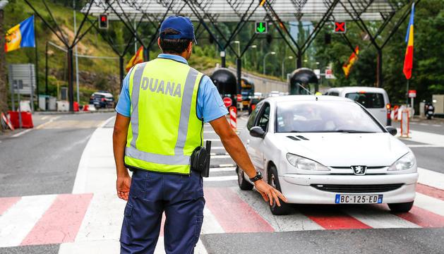 Un agent de la duana controlant un vehicle.