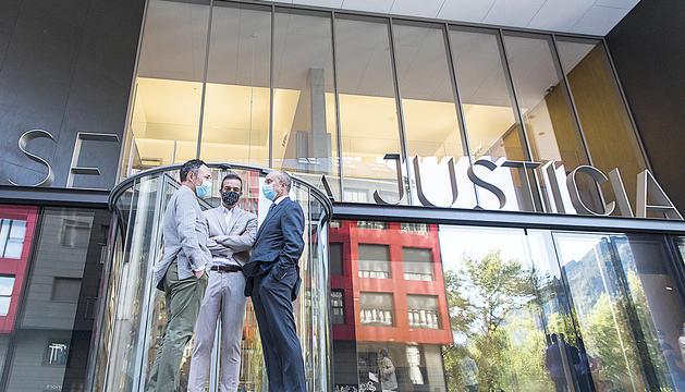 Xavier Espot, Jordi Torres i Josep Maria Rossell davant del nou edifici judicial.